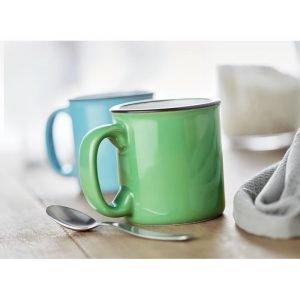 Deux tasses en céramique verte et bleue personnalisées avec logo