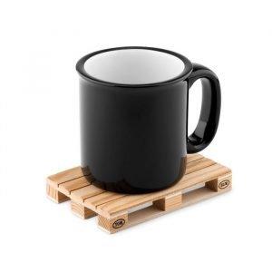 Sous-verre écologique en bois en forme de palette et tasse noire